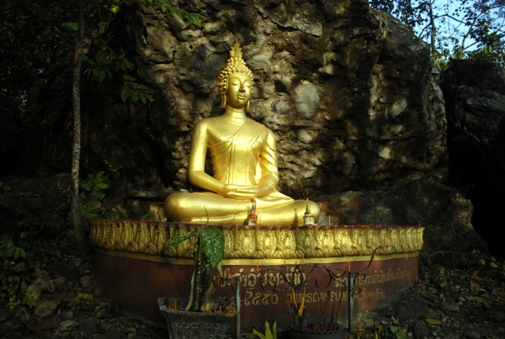 Buddha istuu
